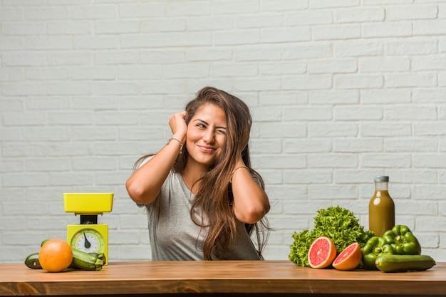 Концепция диеты. портрет здоровой молодой женщины латинской, охватывающих уши руками