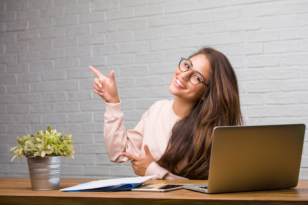 彼女の机の上に横たわっている若い学生ラテン女性の肖像画の肖像