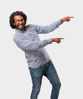 ハンサムなビジネスのアフリカ系アメリカ人の男性が横になっている笑顔を提示提示