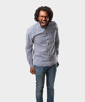 ハンサムなビジネスのアフリカ系アメリカ人の男、怒り、狂気と精神の表現を叫んで