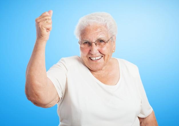 高拳で笑顔のシニア女性