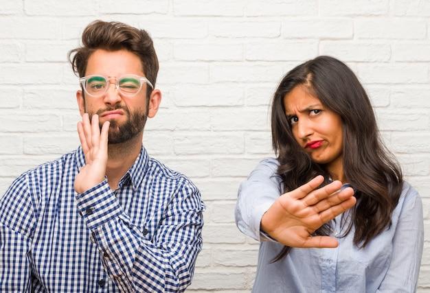 若いインド人女性と白人男性カップルは深刻で決定