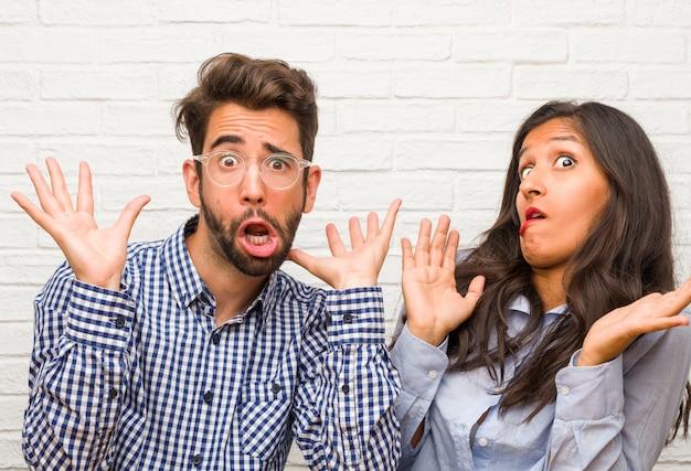 若いインド人女性と白人男性のカップル狂気と絶望的、暴走