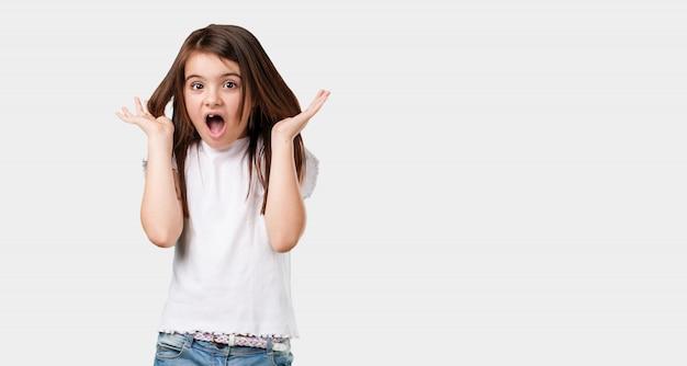 全身の少女が狂って絶望的で、手に負えないほど叫んでいる。