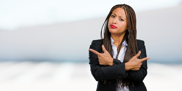 混乱して疑わしい男の若い黒人ビジネス女性の肖像画