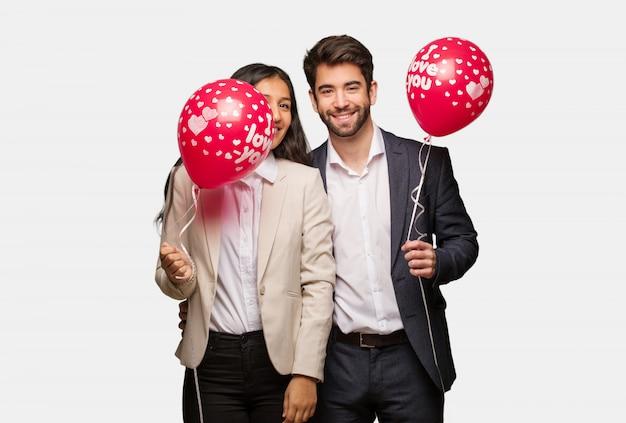 大きな笑顔で陽気なバレンタインデーの若いカップル
