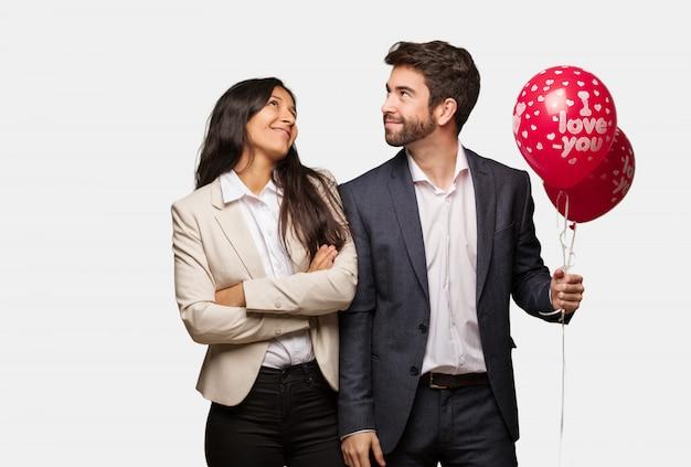 目標と目的を達成することを夢見てバレンタインデーの若いカップル