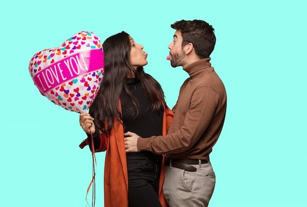 バレンタインの日を祝うクールなカップル