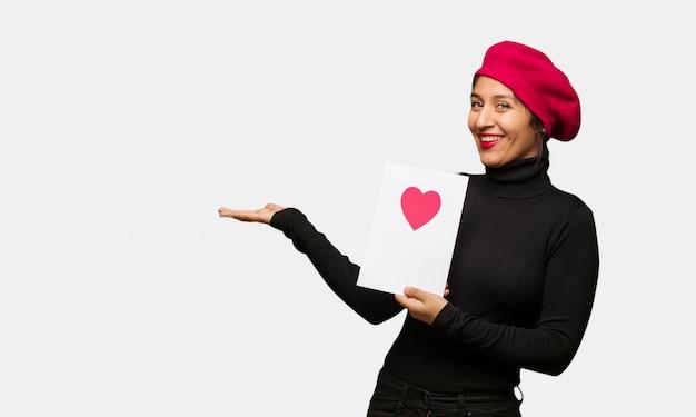 手で何かを保持しているバレンタインデーの若い女性