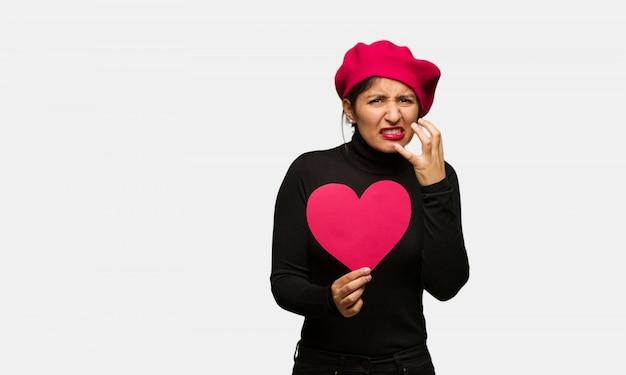 Молодая женщина в день святого валентина сердится и расстроен