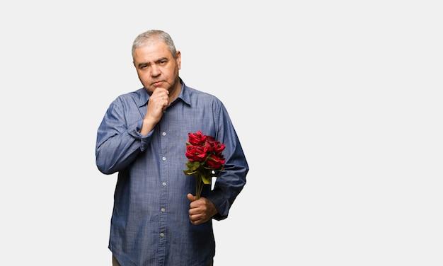 Человек средних лет, празднующий день святого валентина, сомневающийся и смущенный