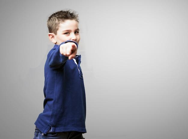 Счастливый маленький мальчик, указывая