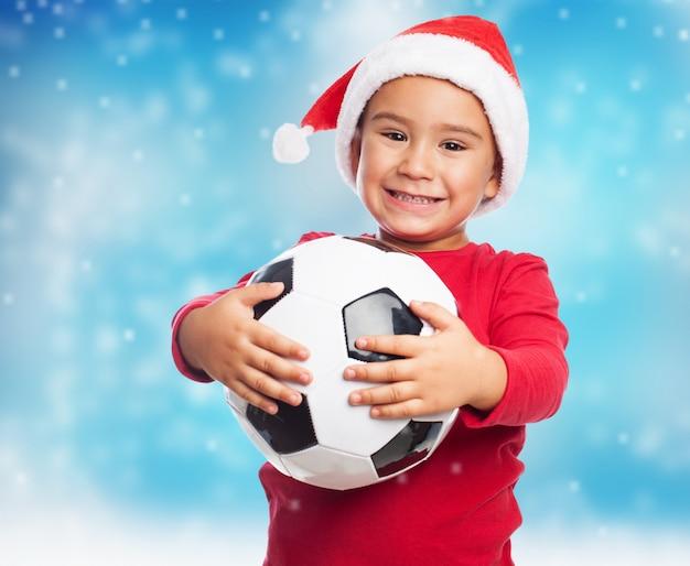 彼のボールを使用することを望む小さな男の子