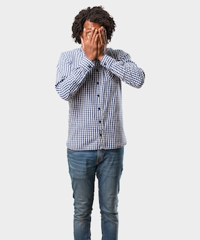 Красивый бизнес афроамериканец человек чувствует себя обеспокоенным и напуганным, смотрит и закрывает лицо, понятие страха и тревоги