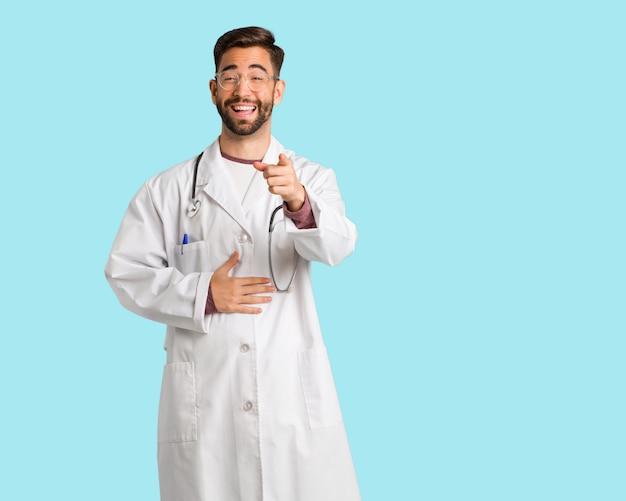 若い医者男性は目標と目的を達成することを夢見る