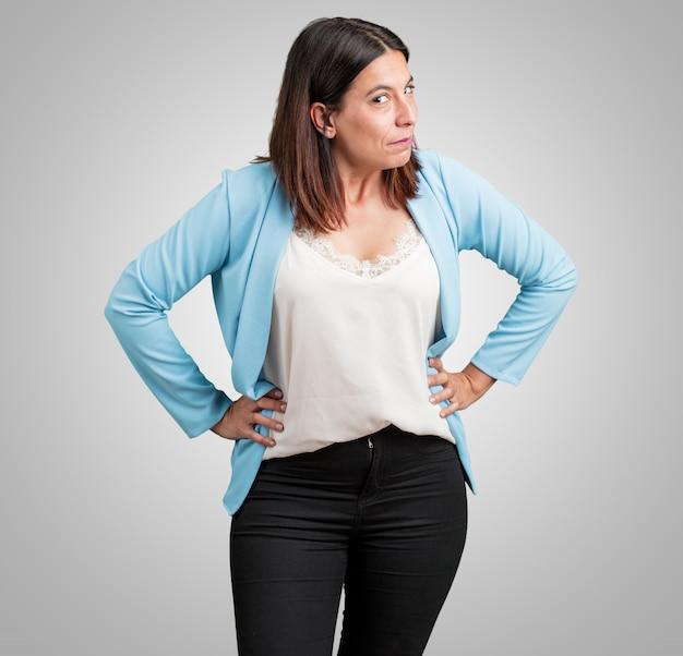 Женщина средних лет очень злая и расстроенная, очень напряженная, кричащая, яростная, негативная и безумная
