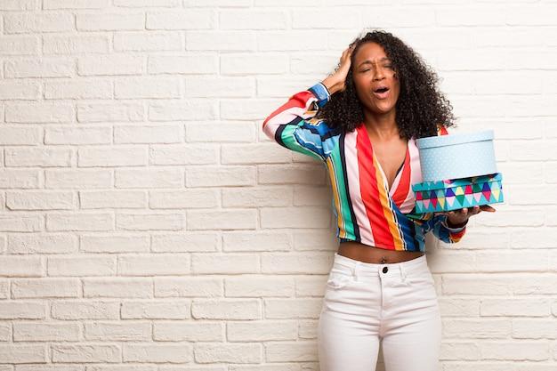 若い黒人女性音楽を聴く、ダンス、楽しい時を過す、移動、叫び、幸福、自由の概念を表現する