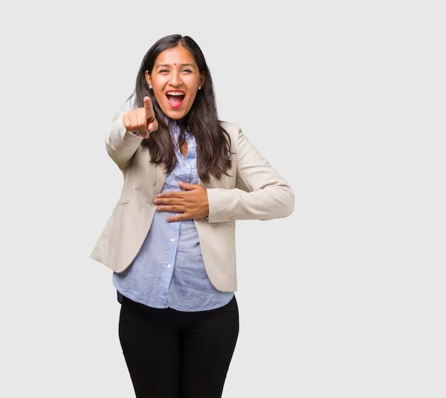 若いビジネスインド人女性の叫び声、笑い声、別の楽しみ、嘲笑と無制限の概念