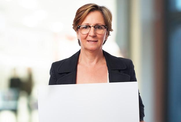 Женщина держит белый плакат