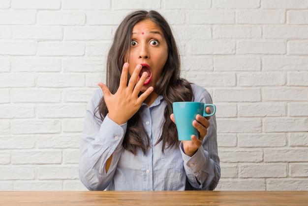 若いインド人女性が驚いてショックを受けて、広い目で見て、オファーや新しい仕事に興奮して、概念に勝つ