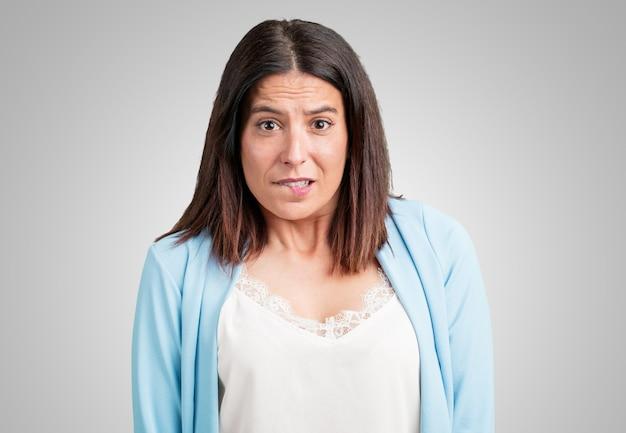 中年の女性が心配して圧倒して、物忘れして、何かを実感して、間違えた時のショックの表現