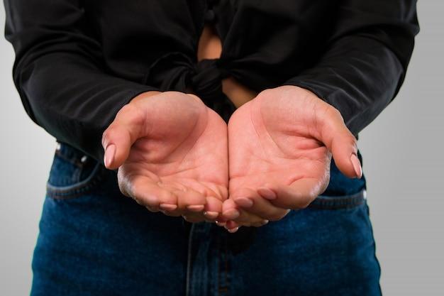 Женщина держит что-то с руками