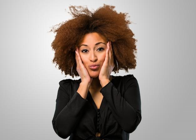Афро женщина удивляется