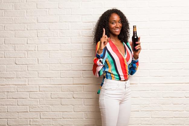 ナンバーワン、カウントのシンボルを示す若い黒人女性
