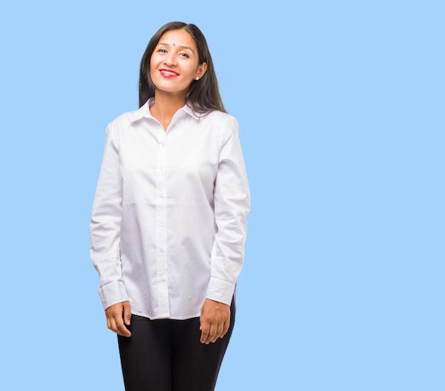 Портрет молодой индийской женщины веселый и с широкой улыбкой, уверенный в себе