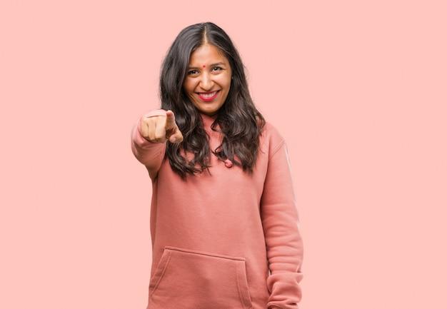陽気で笑顔を正面に指しているフィットネス若いインド人女性の肖像画
