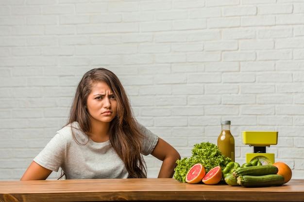 Концепция диеты. портрет здоровой молодой латинской женщины очень сердит и расстроен