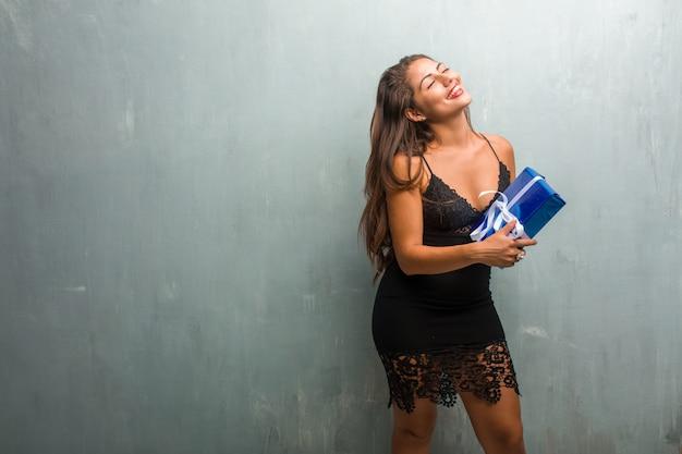 笑って楽しんで壁にドレスを着ている若いきれいな女性の肖像画