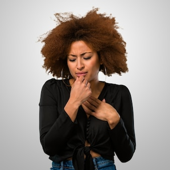 Афро женщина кашляет, потому что болеет