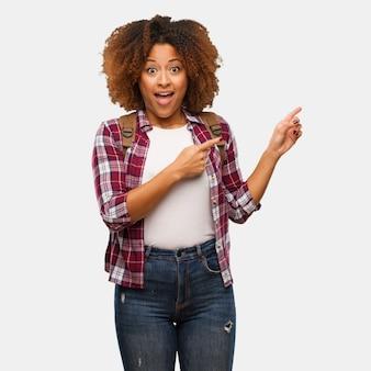 Молодой путешественник черная женщина держит что-то с рукой