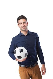 男はボールを持って笑顔