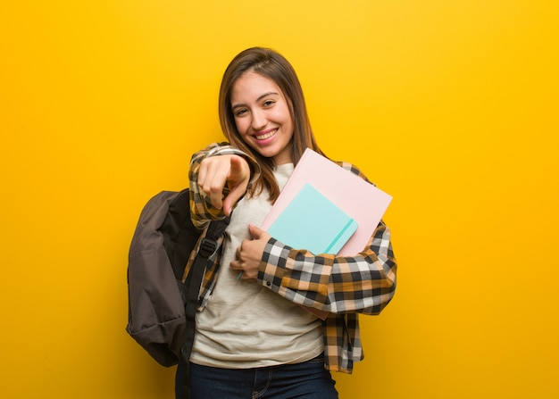 若い学生の女性は目標と目的を達成することを夢見ます