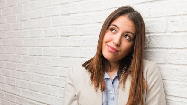 目標と目的を達成することを夢見ている若いビジネス女性