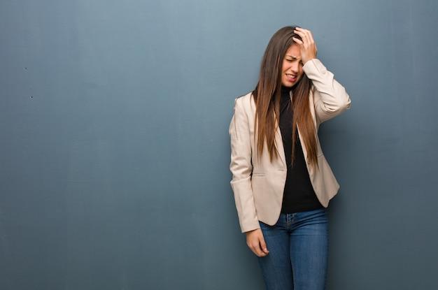物思いにふける若いビジネス女性、何かを実現