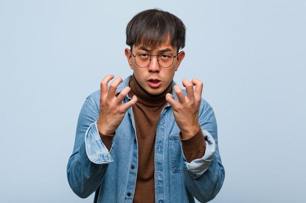 若い中国人男性怒りと動揺