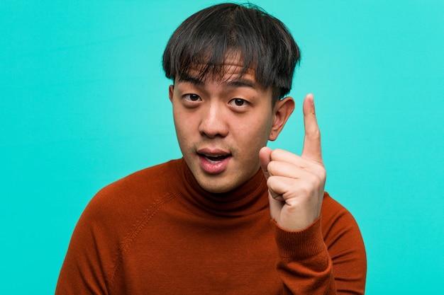 アイデア、インスピレーションの概念を持つ若い中国人男性