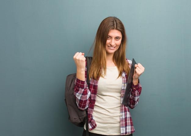 若い学生ロシア人女性が驚いてショックを受けた