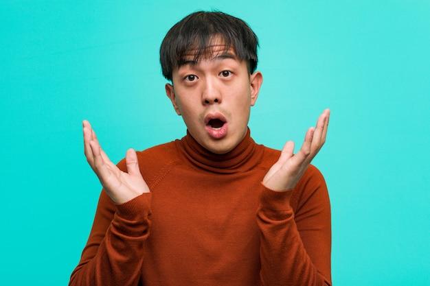 若い中国人男性は驚きとショックを受けました