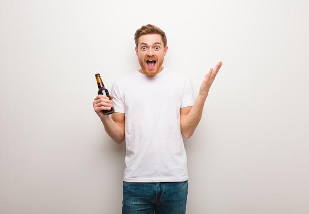 赤毛の若い男。ビールを持っています。