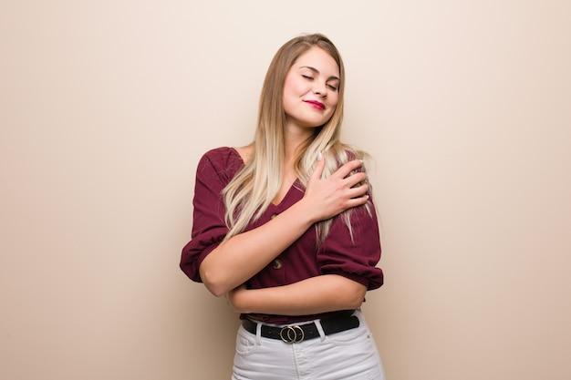 Молодая русская женщина дает объятие