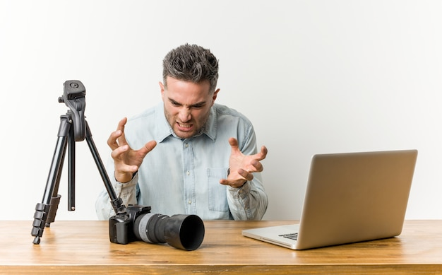若いハンサムな写真の先生は緊張した手で叫んで動揺しました。