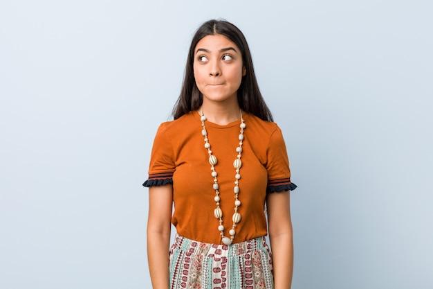 若いアラブ人女性は混乱し、疑わしく不確かな気がします。