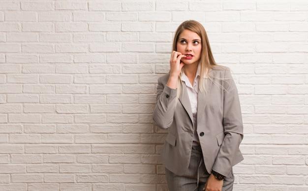 アイデアを考える若いロシアビジネス女性