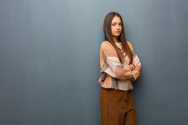Молодая хиппи женщина смотрит прямо перед собой