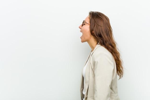 コピースペースに向かって叫んでいる若いヨーロッパのビジネス女性