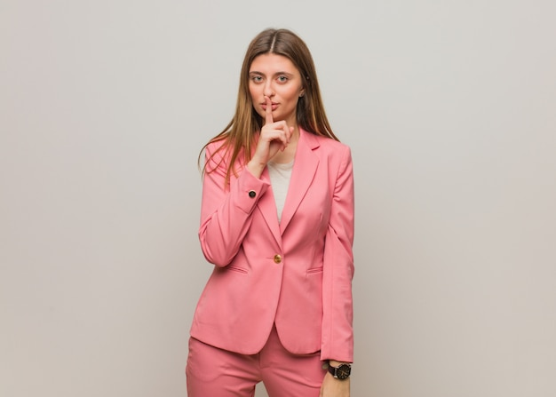 秘密を保持または沈黙を求めて若いビジネスロシアの女の子